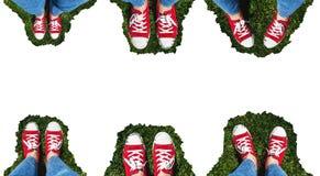 Collage des jambes dans de vieilles espadrilles rouges sur l'herbe verte Vue d'ab Images libres de droits