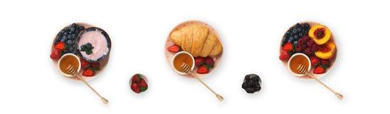 Collage des repas de petit déjeuner d'isolement sur le fond blanc, vue supérieure images stock
