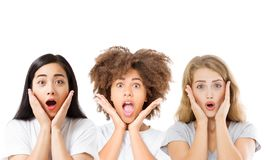 Collage des visages d'Asiatique, afro-américains et caucasiens enthousiastes choqués étonnés de femmes d'isolement sur le fond bl images libres de droits