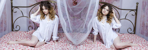 Collage deux filles sexy Belles filles blondes sur le lit Images libres de droits