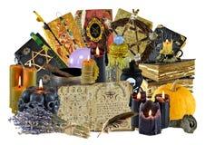 Collage di progettazione con il gruppo di oggetti rituali magici, libro della strega, candele isolate su bianco immagini stock