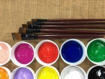Collage di varietà di pitture acriliche variopinte e di spazzole di arte Fotografia Stock