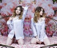 Collage due ragazze sexy Belle ragazze bionde sul letto Fotografie Stock
