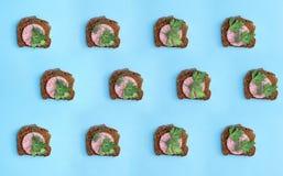 Collage en achtergrond van sandwiches met worst o royalty-vrije stock afbeelding