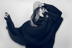 Collage en estilo de la revista Muchacha loca en suéter, vidrios y sombrero negros grito Retrato de la manera de la alta manera l Imagenes de archivo