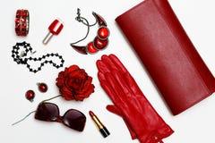 Collage för kläder och för tillbehör för lekmanna- feminini för lägenhet röd på vit bakgrund royaltyfri bild
