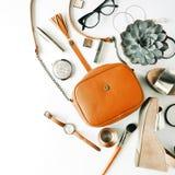 Collage femenino de los accesorios de la endecha plana con el monedero, reloj, vidrios, pulsera, lápiz labial, sandalias, rimel,  Fotos de archivo libres de regalías