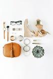 Collage femminile degli accessori di disposizione piana con la borsa, orologio, vetri, braccialetto, rossetto, sandali, mascara,  Fotografie Stock