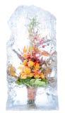 Empfindlicher Blumenstrauß der Blumen im Eis Stockfoto