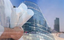 Collage industriel avec des mains tenant des plans de construction Photos libres de droits