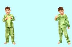 collage la position de petit gar?on dans des pyjamas montrant le signe de l'approbation, aiment photo libre de droits