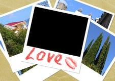 Collage - las fotos dispersadas en la arena Foto de archivo