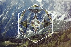 Collage med bergen och skogen och det sakrala geometrisymbolet royaltyfria bilder