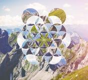 Collage med bergen och symbolblomman av liv arkivbilder