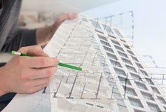 Collage med konstruktionsplan och kontorsbyggnad för byggnadsarbetare hållande Arkivbilder