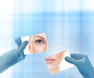 Collage med kvinnas stående och händer i medicinska handskar. royaltyfri fotografi