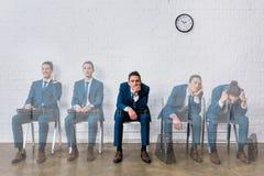 Collage med urblekta bilder av den väntande på intervjun för kandidat arkivbild