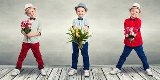 collage Menino à moda com um ramalhete das flores foto de stock