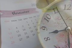 Collage mit Weinleseuhr und Kalender im November 2017 Lizenzfreie Stockbilder