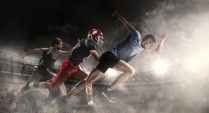 Collage multi de los deportes sobre el baloncesto, funcionamiento, jugadores de fútbol americano en el estadio fotografía de archivo