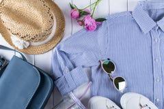 Collage på vit med skjortan, jeans, exponeringsglas, gymnastikskor, handväska, hatt, krus royaltyfria foton