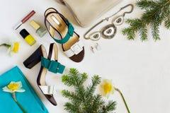 Collage piano delle scarpe e degli accessori del ` s delle donne di disposizione Bellezza e fashi Fotografia Stock