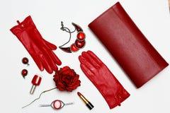 Collage rouge de vêtements et d'accessoires de feminini plat de configuration sur le fond blanc Image stock