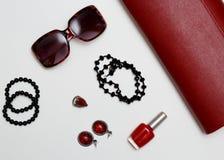 Collage rouge de vêtements et d'accessoires de feminini plat de configuration sur le fond blanc Photographie stock libre de droits