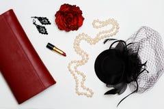 Collage rouge de vêtements et d'accessoires de feminini plat de configuration sur le fond blanc Images stock