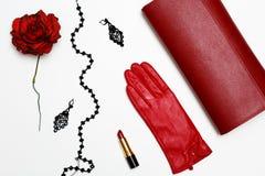 Collage rouge de vêtements et d'accessoires de feminini plat de configuration sur le fond blanc Photo stock