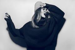 Collage in tijdschriftstijl Gek meisje in zwarte sweater, glazen en hoed schreeuw Het hoge portret van de manierlook glamour modi stock afbeeldingen