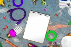 Collage van elektrische gereedschappen op vuile jeans in verf met exemplaarruimte op lege document en usb kabels, powersave lampe Royalty-vrije Stock Fotografie