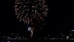 Collage van kleurrijk vuurwerk die in de nachthemel voor Gelukkig Nieuwjaar exploderen stock video