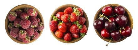 Collage van rode die vruchten en bessen op wit worden geïsoleerd Reeks aardbeien, frambozen en kersen Zoete en sappige bes met co stock foto