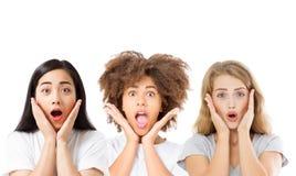 Collage van verraste geschokte opgewekte Aziaat, gezichten van afro de Amerikaanse en Kaukasische die vrouwen op witte achtergron royalty-vrije stock afbeeldingen
