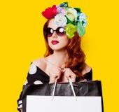 Collage van vrouw met zakken en bloemen stock afbeeldingen