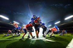 Collage von den Spielern des amerikanischen Fußballs in der großartigen Arena der Aktion lizenzfreies stockbild