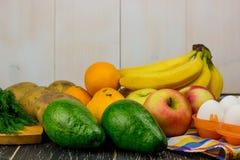 Collage y frutas y verduras maduras en el fondo blanco Espacio libre para el texto imagen de archivo