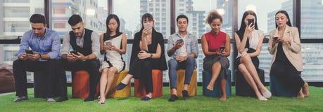 Collagebegrepp av olikt lyckligt folk i tillfällig stil och olik ålderinnehavmobiltelefon som kontrollerar och använder budbärare royaltyfria bilder