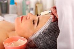Collagenframsidamaskering Ansikts- hudbehandling Tillvägagångssätt för kvinnahäleriskönhetsmedel arkivfoton