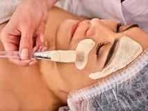 Collagenframsidamaskering Ansikts- hudbehandling Tillvägagångssätt för kvinnahäleriskönhetsmedel royaltyfri bild