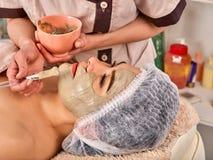 Collagenframsidamaskering Ansikts- hudbehandling Tillvägagångssätt för kvinnahäleriskönhetsmedel arkivfoto
