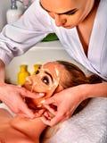 Collagenframsidamaskering Ansikts- hudbehandling Tillvägagångssätt för kvinnahäleriskönhetsmedel royaltyfri fotografi