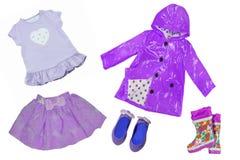 Collagensatz Kinderkleidung Sammlung Frühlings- und Sommerkleidung lokalisiert auf einem weißen Hintergrund Nahaufnahme von lila  lizenzfreies stockfoto