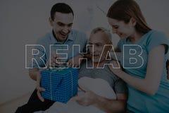CollageRehabbarnet kopplar ihop ger gåvan till patienten royaltyfria bilder