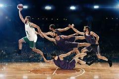 Collaget från bilder av en basketspelare med en boll mot fansen arkivbilder