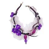Collana d'annata decorata con le perle, la treccia, i pizzi e la s porpora Immagini Stock Libere da Diritti