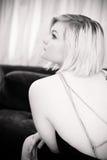 Collana d'annata della perla dell'abbigliamento della donna attraente Fotografie Stock Libere da Diritti