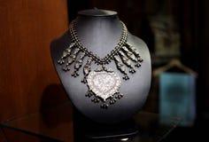 Collana d'argento antica e bella per la donna immagine stock libera da diritti