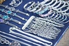 Collana d'argento sul fondo del metallo Fotografia Stock